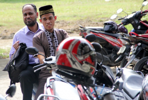Brother Abdulazeez getting a ride to the live seminar in Jakarta